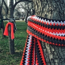 Victoria Park has been #YarnBombed! Thank you @reginadowntownbid and #Angels4Warmth for #GivingBack to our community. If you need a scarf this winter, please take one. « » #GiveBack #StayWarm #WinterIsComing #YarnBomb #YarnBombing #YQR #YQRdt #SeeYQR #i